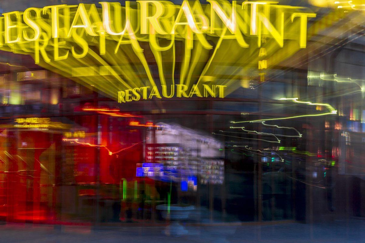 Вывеска ресторана на фасаде ТРЦ «Гостиный двор»