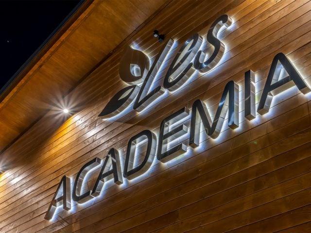 «Les Academia», наружная вывеска