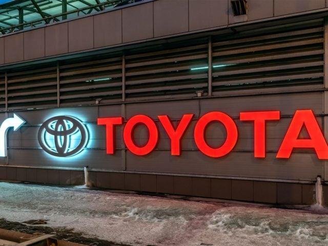 Световые вывески «Тойота» и «Лексус Левобережный», в Москве