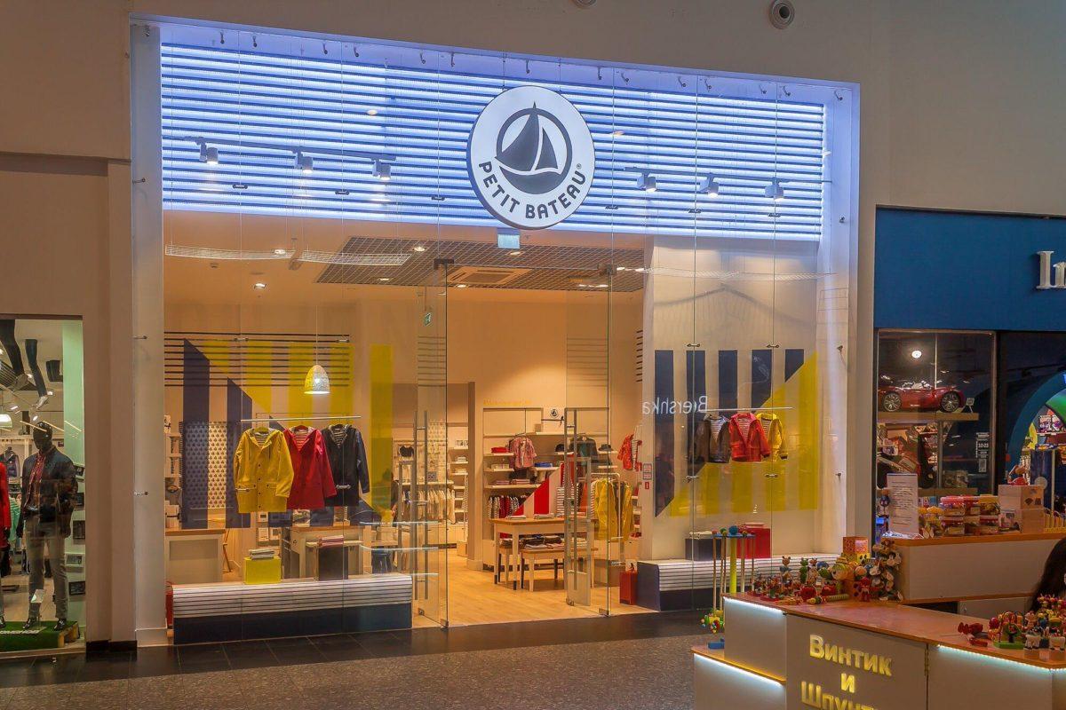 Интерьерная вывеска для бутика одежды, фото работы компании «Атлас-групп»